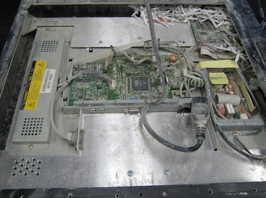 Daños por polvo en un monitor industrial sin clasificación IP66
