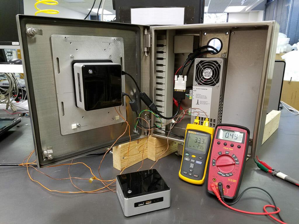 Intel NUC con i5 instalado en carcasa de PC/thin-client pequeño industrial de Hope