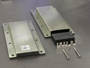 Opciones de placas de cubierta de salida para cables NEMA 2 (izquierda) y NEMA 4/4X (derecha)